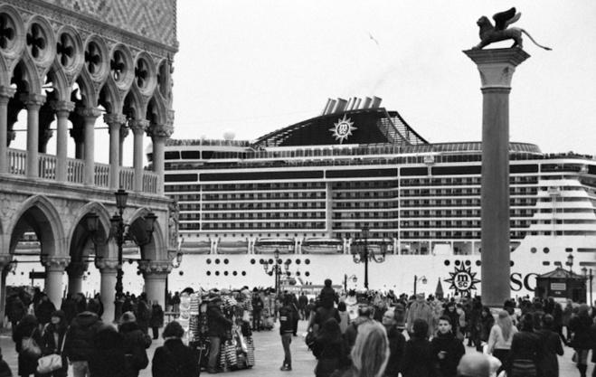 I battelloni chì inguffiscenu à Venezia