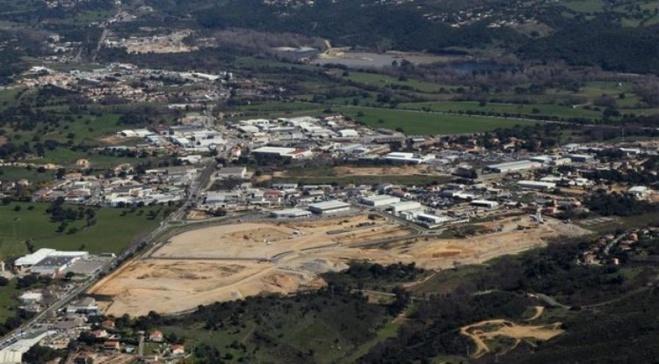 A Corsica, u paese induve i centri cummerciali sò i rè