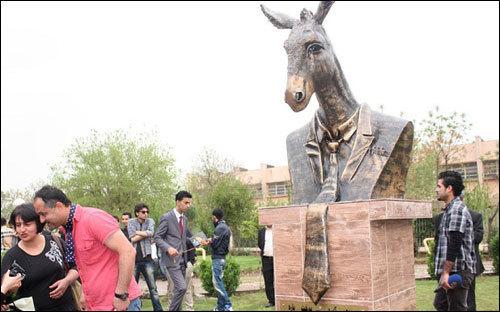 A statua di u Partitu di i Sumeri à u Kurdistan. Un bellu omagiu à i nostri omi pulitichi.