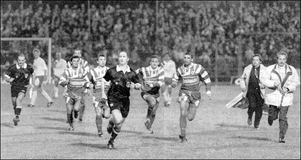 Bastia - Monaco 1994. 42esimu minutu : pè a so securità, l'arbitru De Pandis hà a bona idea d'arrestà a parita è di vultà in i spugliatoghji... currendu.